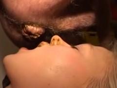 Homem defecando dentro da boca da mulher
